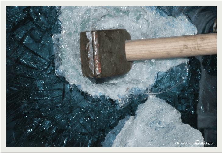 Sicherheit aus Glas: Glasbruch durch Hammerschlag