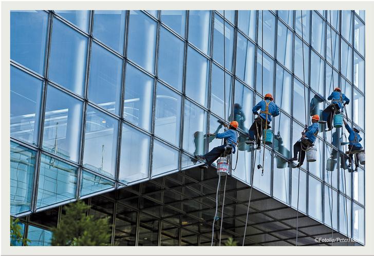 Glasreinigung an einer Glasfassade
